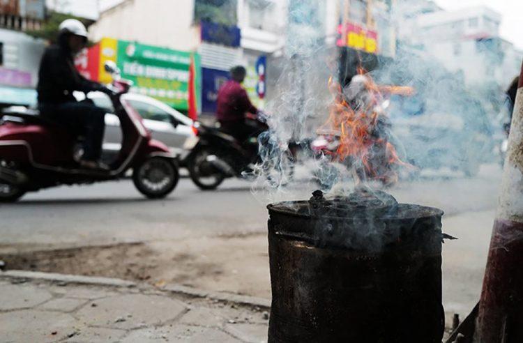 Người dân sử dụng bếp than tổ ong.