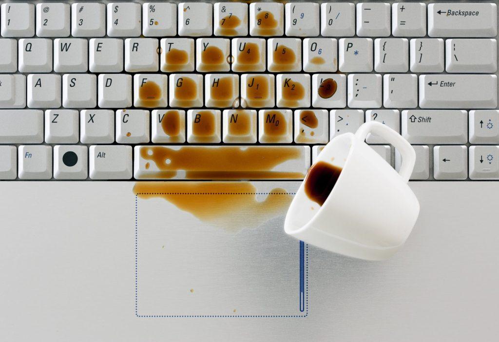 Xử lý tình trạng laptop dính nước với 2 bước siêu hiệu quả