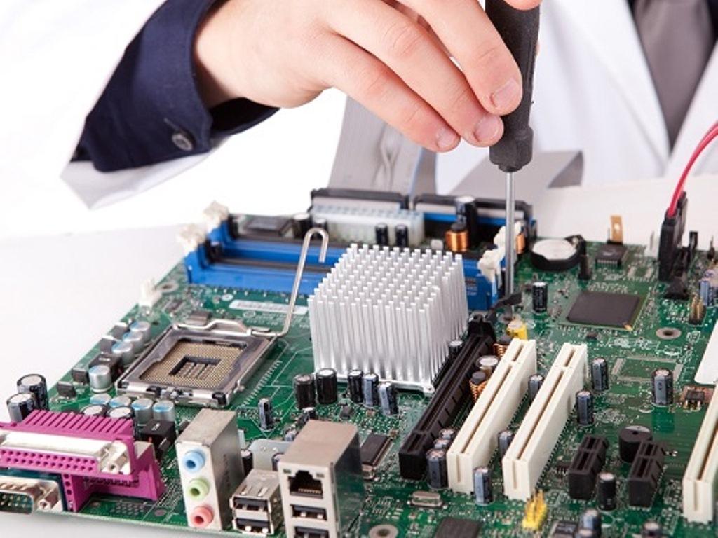 Xử lý tình trạng laptop bị dính nước với 2 bước đơn giản